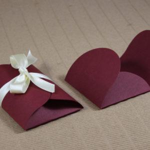 Foto delle scatole per confezioni dello Scatolificio Eugubino - modello Cortina color Bordeaux